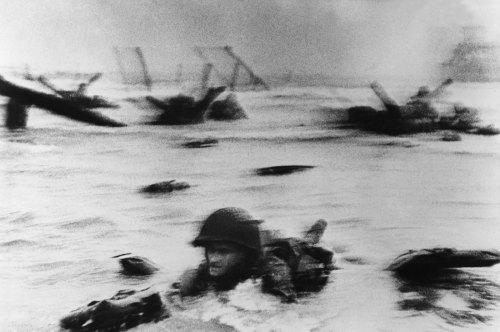 robert-capa-soldado-americano-desembarcando-en-la-playa-de-omaha-en-normandia-1944