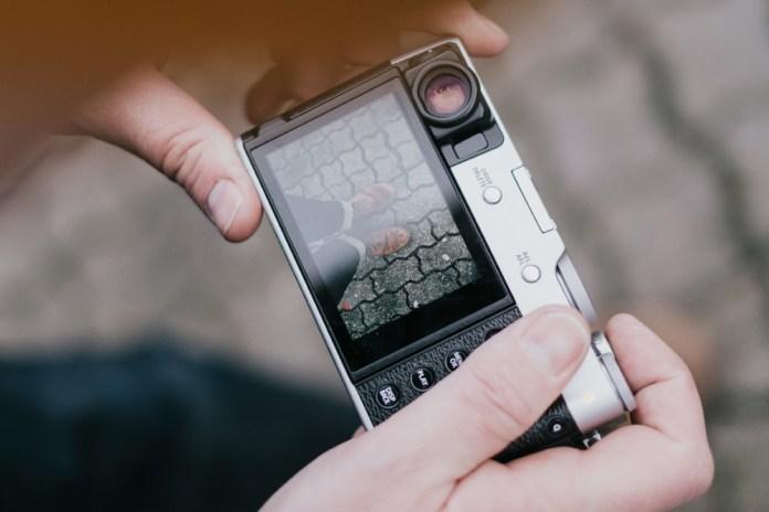 Vista trasera de Fujifilm X100V en mano