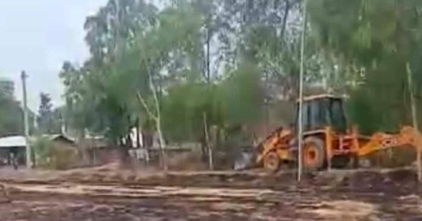 चुनाव हारने के बाद पूर्व प्रधान ने ग्रामीणों के लिए बनवाई गई सड़क को जेसीबी से खोदवा डाला