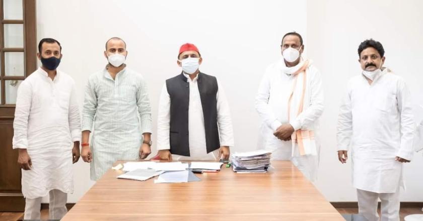 Uttar Pradesh: BJP leader and former State Minister Shivshankar Singh Patel Joined Samajwadi Party in presence of Akhilesh Yadav