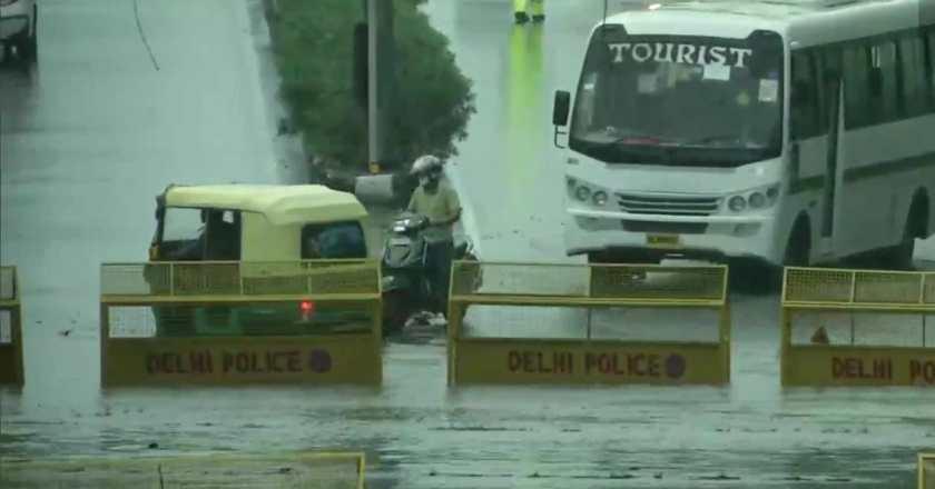 तस्वीरें: दिल्ली-एनसीआर में रात भर से हो रही बरसात के कारण जगह-जगह भारी जलभराव