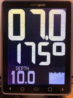 Racegeek D10 qui affiche les données des instruments ST