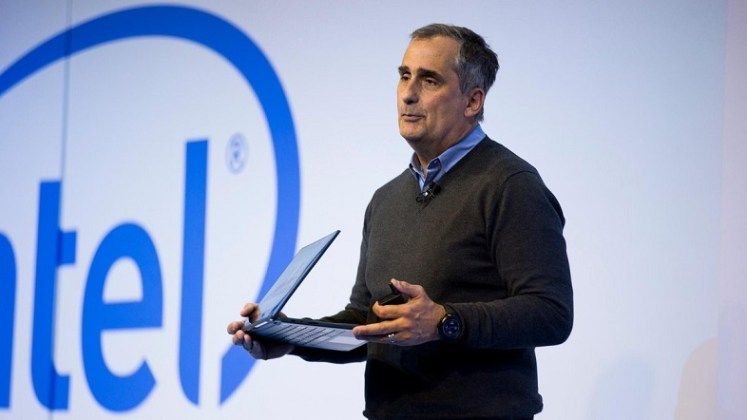 Intel CEO showing the 10nm Cannon Lake notebook