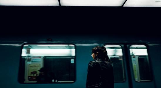 Une femme s'apprêtant à monter dans un métro