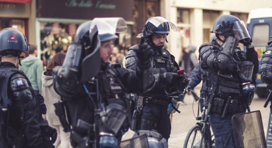 Des policiers français dans la rue lors d'une manifestation des gilets jaunes