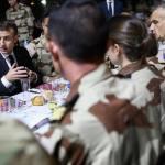 Emmanuel Macron dînant avec des soldats français au Mali, lors de Noël 2018