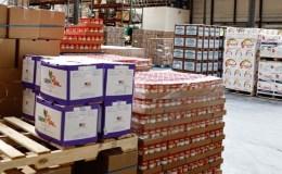 Des piles de cartons dans un entrepôt d'Amazon.