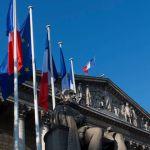 Palais Bourbon - La colonnade (fronton), drapeaux et la statue de Sully, septembre 2014.