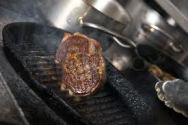Ao grelhar bifes ou filés de frango, deixe a frigideira quente frite poucas unidades por vez. A cada nova fritada, limpe a frigideira ainda quente com papel toalha, isso vai impedir aquela fumaçada na cozinha.