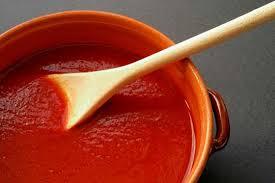 Não arrisque adoçar demais o molho de tomate ao colocar açúcar nele. Em vez disso, coloque uma xícara a mais de água e adicione uma cenoura inteira e deixe o molho apurar: não ficará ácido e ainda terá mais nutrientes.