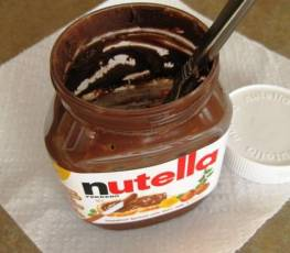 Quando acabar a Nutella, coloque uma bola de sorvete no vidro e não desperdice nem um tiquinho.