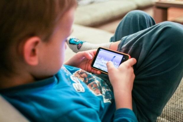 Como controlar o uso da tecnologia na infância com uma atividade simples que você vai imprimir em casa