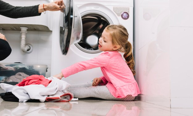 Estudos mostram que ajudar em casa faz bem para crianças