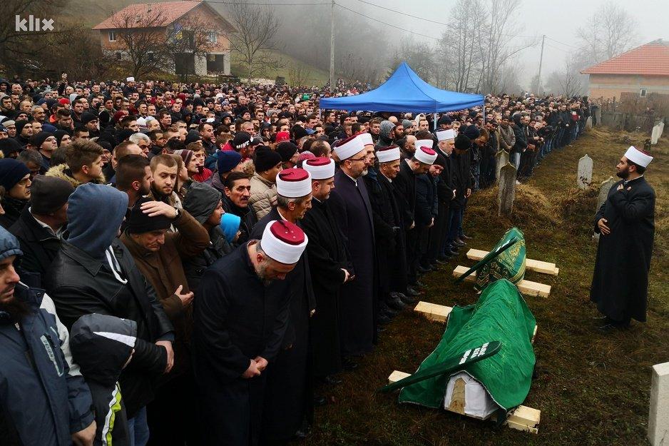Hiljade ljudi kod Novog Travnika klanjalo dženazu stradaloj Azri Hajrić i njenoj kćerki