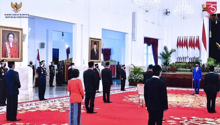 Penganugerahkan Tanda Jasa dan Kehormatan Bagi 53 Tokoh Nasional