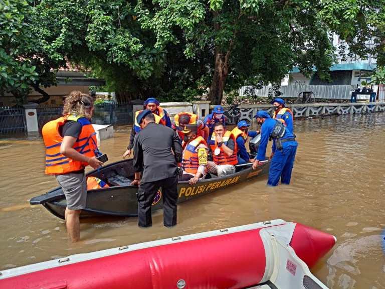 Personel TNI-Polri Dikerahkan Wujud Negara HadirBantu Korban Banjir