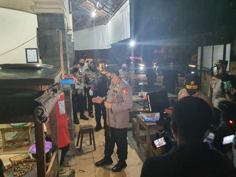 Malam malam Keliling Kota Solo, Kapolri Bagi bagi Sembako ke Warga dan Pedagang