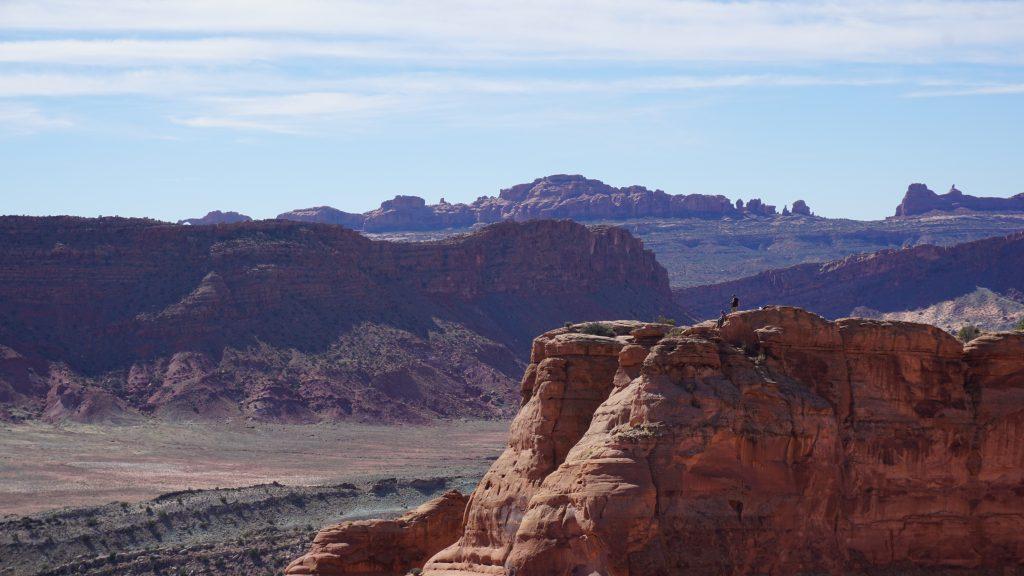 Delicate Arch'tan karşıda görünen bir manzara tepesi