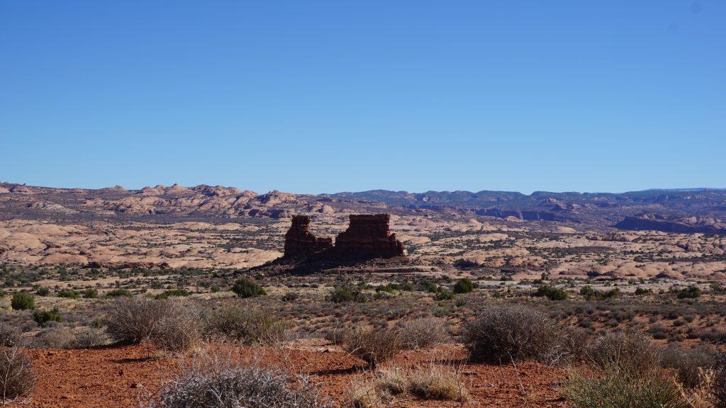 Uzakta bulunan bir kaya bloğu