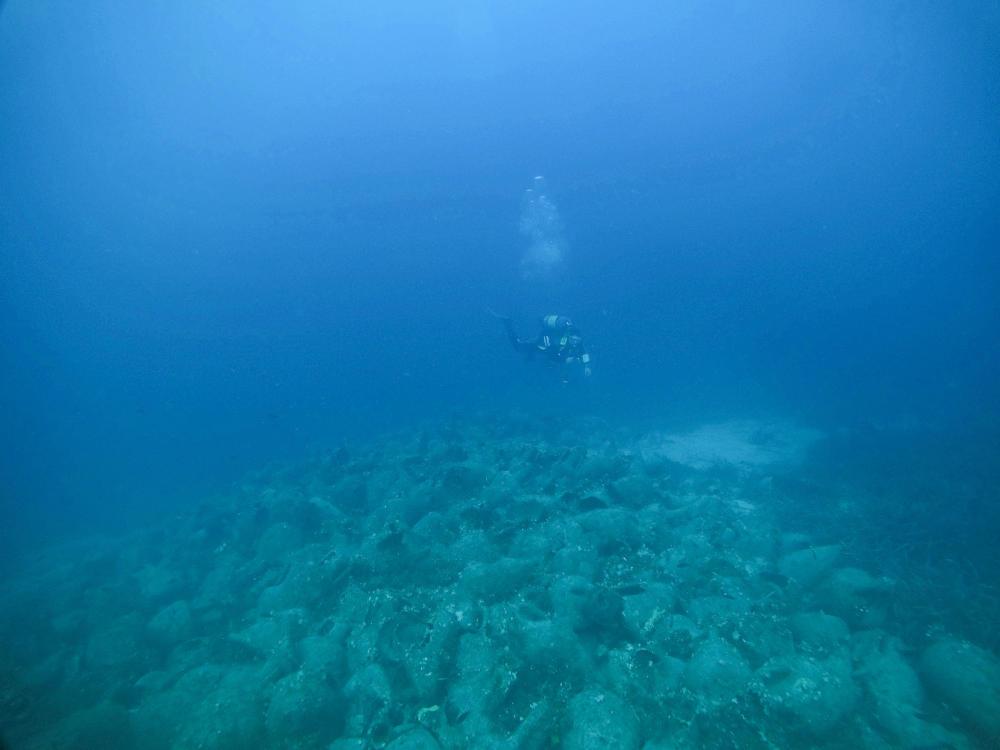 Δύτης πάνω από τα αρχαία στο ναυάγιο της Αλοννήσου
