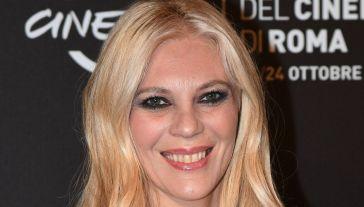 Eleonora Daniele è più bella ed elegante che mai all'evento della Croce Rossa