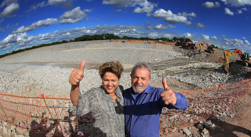 Dilma Rousseff e o ex-presidente Luiz Inácio Lula da Silva visitam canteiro de obras do projeto de integração do Rio São Francisco, em Pernambuco, em 2014. (Foto: Ricardo Stuckert/Instituto Lula)
