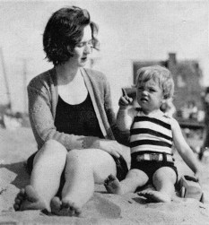 Marilyn Monroe with her mother Gladys
