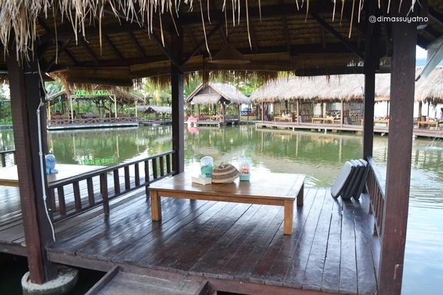 Saung-saung kecil untuk menikmati Danau Pinggir Sawah