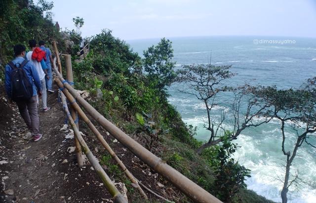 Jalan setapak yang menghubungkan pantai Tanjung Karang Pengantin, air terjun Grojogan, goa Wora Wari, goa Celeng dan pantai Sur Manis.