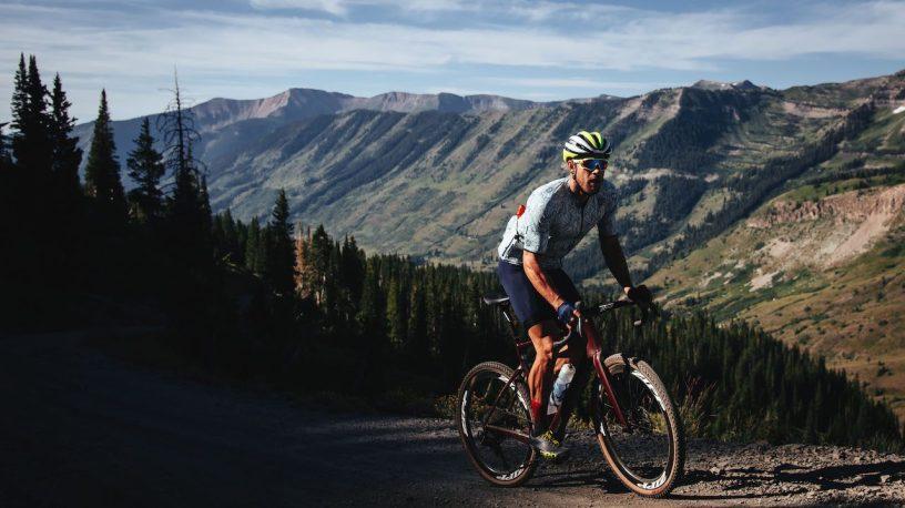 Cycliste roulant en Gravel en montagne