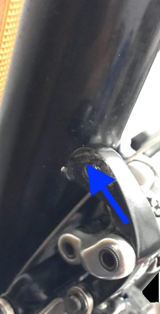 Passage du câble de dérailleur avant.