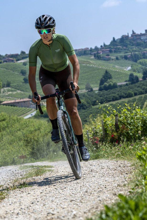 Une cycliste fait du Gravel avec des pneus Pirelli