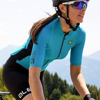 Cycliste femme sur son vélo