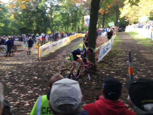 Cycliste prenant un virage en sous bois