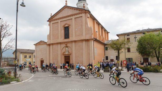 Cyclistes passant devant une église italienne.
