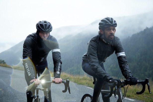 Cyclistes roulant sous la pluie