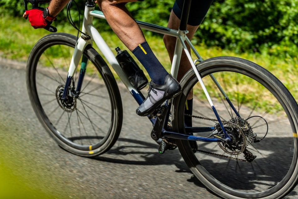 Cycliste roulant sur du bitume avec les roues Mavic Allroad Pro carbon SL