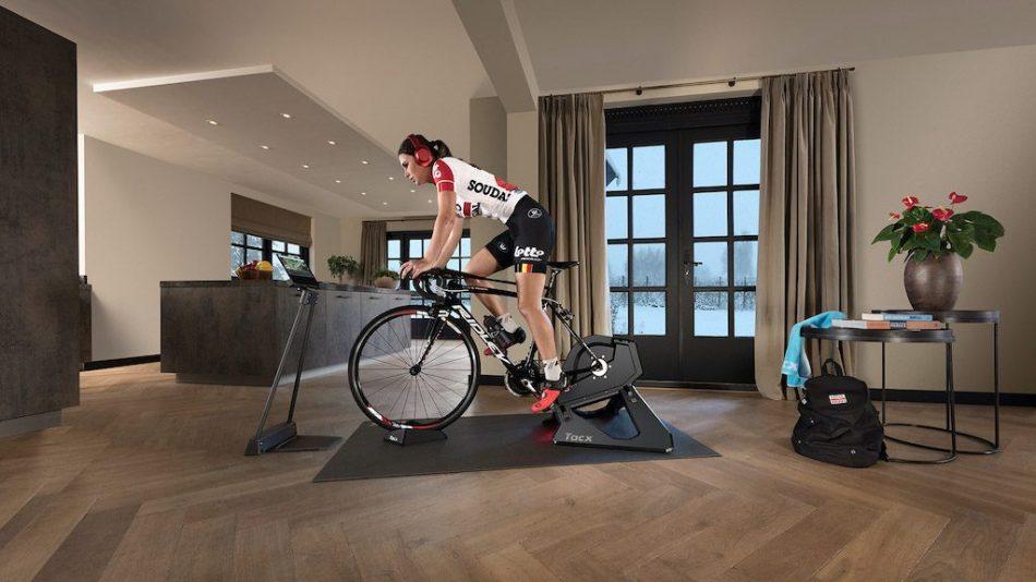 Cycliste femme sur un home trainer avec vélo carbone