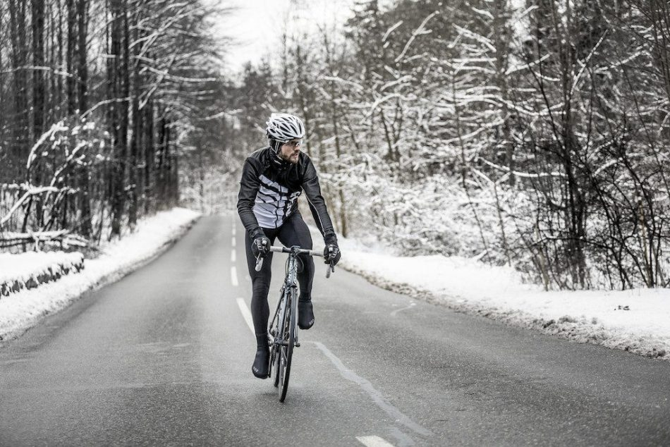 Cycliste roulant par temps de neige
