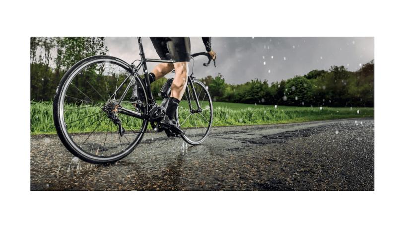 Cycliste roulant sous la pluie