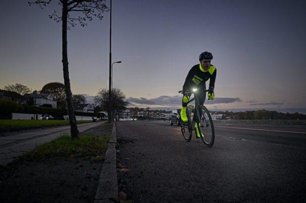 Vélo d'hiver avec éclairage et cycliste habillé de façon visible