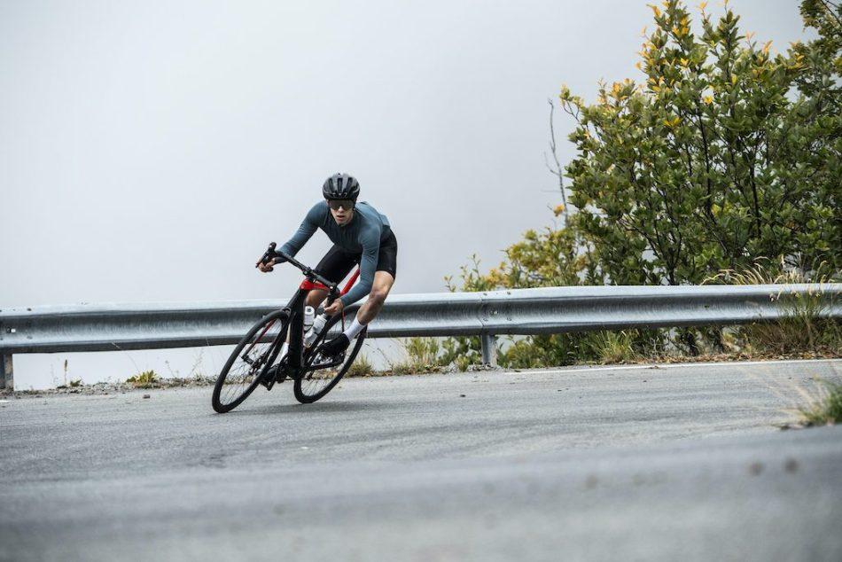 cycliste en virage avec Trek Domane + LT