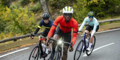trois cyclistes roulent sur un Trek Domane + LT