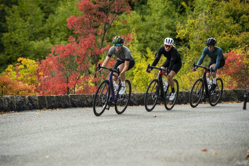 Trois cyclistes roulent sur Trek Domane + LT