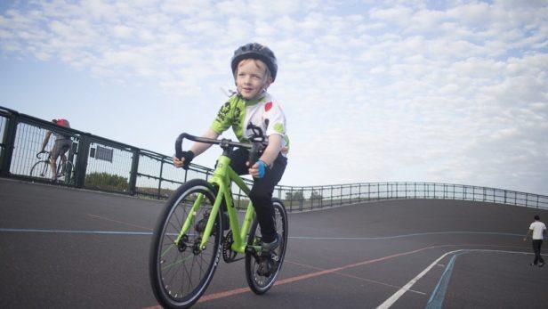 Vélo de piste Frog avec enfant