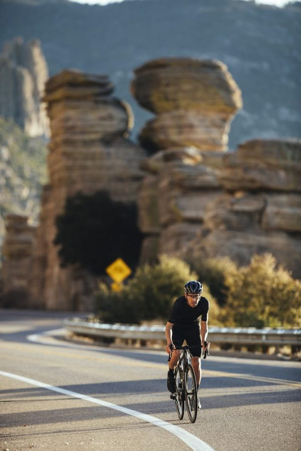 cycliste sur route en S Giant TCR 2021 Advanced SL