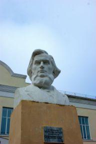 Памятник К. Д. Ушинскому во дворе Новгород-Северской гимназии, в которой он учился в 1835 — 1840 гг.