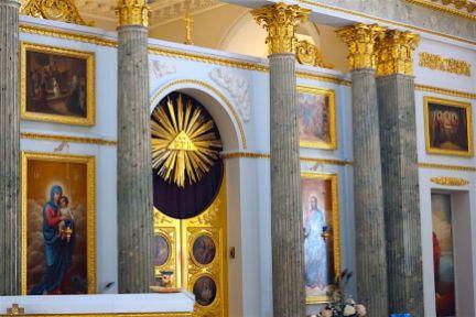 Иконостас центрального придела Троицкого храма при Странноприимном доме графа Н. П. Шереметева