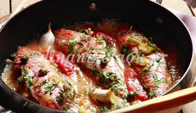 Μπαρμπούνια στο τηγάνι με ντομάτα και κάππαρη