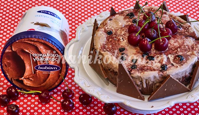 Τούρτα παγωτού τριπλής σοκολάτας με brownies και κεράσια